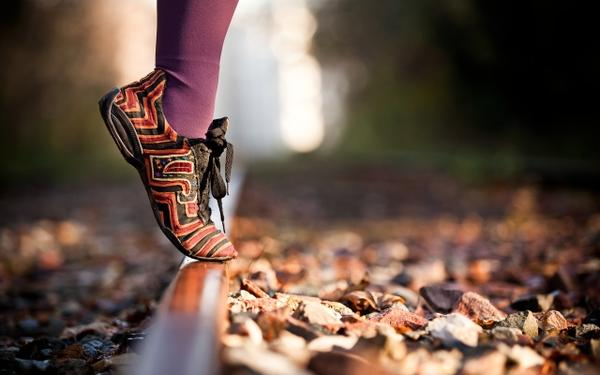 93020_legs-autumn-leaves-feet-rocks-socks-shoes-railroad-tracks-macro-depth-of-field-2560x1600-wallpape_www.wallpaperhi.com_2
