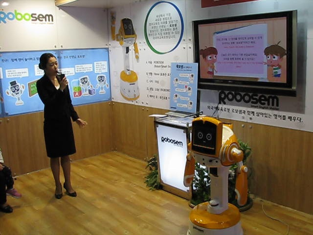 robot-gives-japanese-lessons-and-acts-on-stage-in-vietnam