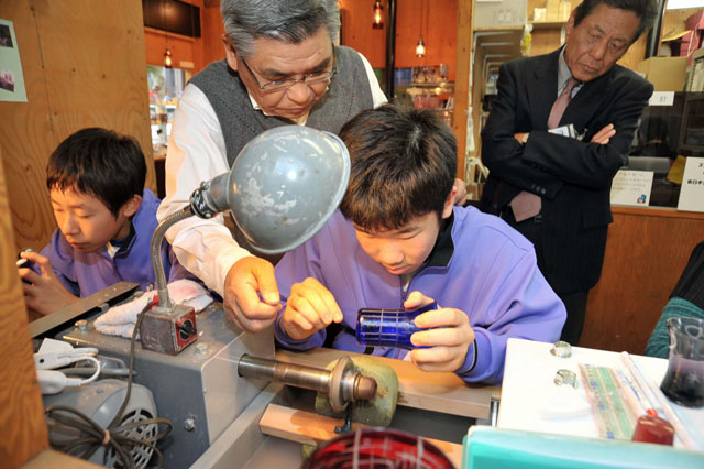 Junior high school students try their hands in the workshop