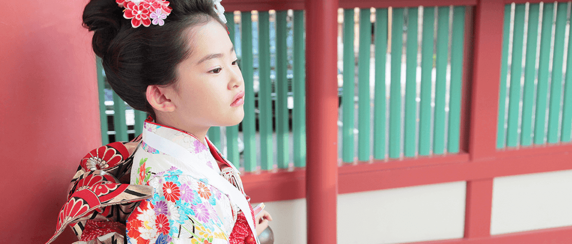picture of girl wearing a kimono at a shrine for shichi go san celebrations
